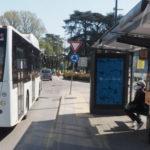 Coronavirus, a bordo degli autobus si sale con guanti e mascherine